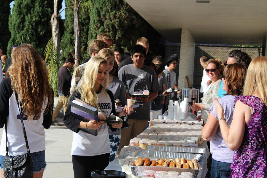 Seniors line up to get their breakfast early Wednesday morning. Every year ASB hosts a senior breakfast as a fun way to send off the graduating class and give them one of the last opportunities to spend time with all of their peers.
