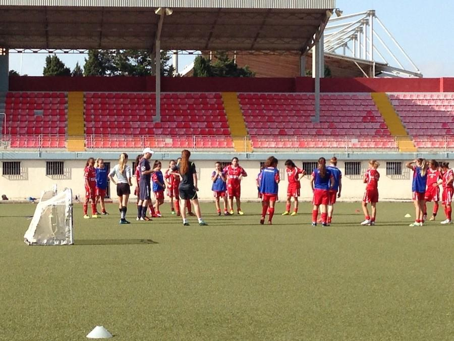 Head coach of the u16 and u19 national teams explaining a drill to Julia and the rest of the team.