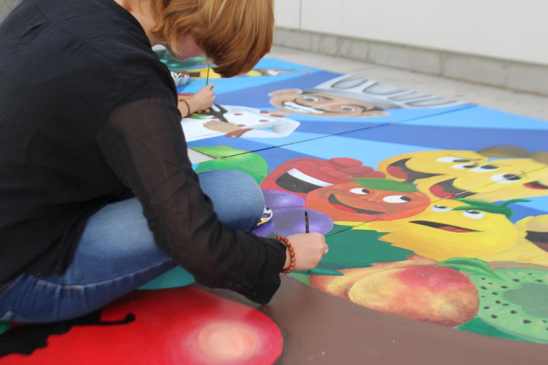 Art+students+work+on+an+art+piece.