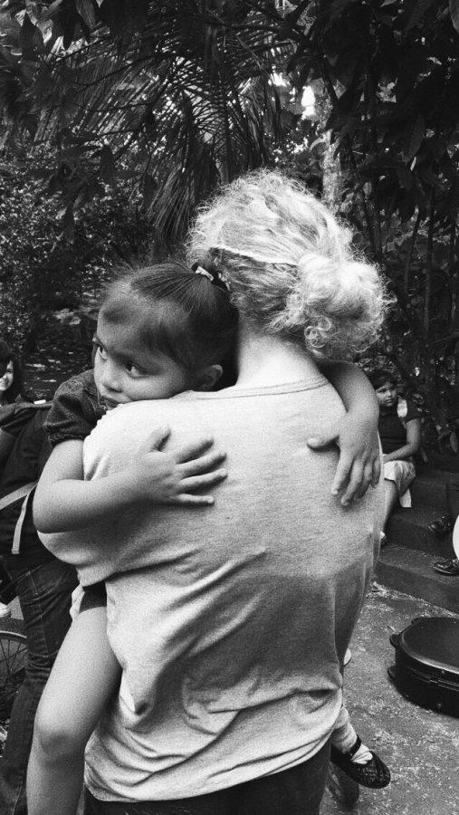 Junior+Kaylin+Kolb+hugs+a+little+girl+from+Nicaragua.